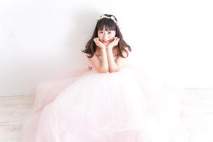 ウエディングドレスを着た笑顔の新婦の写真素材 [FYI04720240]