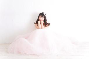 ウエディングドレスを着た笑顔の新婦の写真素材 [FYI04720241]
