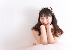 ウエディングドレスを着た笑顔の新婦の写真素材 [FYI04720242]