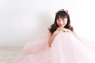ウエディングドレスを着た笑顔の新婦の写真素材 [FYI04720243]