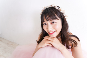 ウエディングドレスを着た笑顔の新婦の写真素材 [FYI04720244]