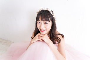 ウエディングドレスを着た笑顔の新婦の写真素材 [FYI04720245]