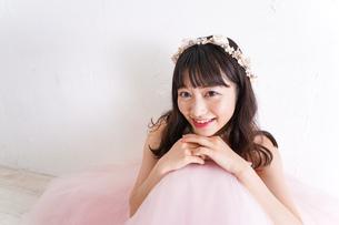 ウエディングドレスを着た笑顔の新婦の写真素材 [FYI04720246]