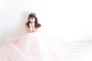 ウエディングドレスを着た笑顔の新婦の写真素材 [FYI04720247]