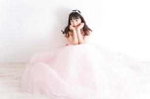 ウエディングドレスを着た笑顔の新婦の写真素材 [FYI04720248]