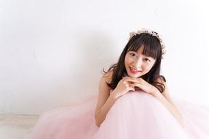 ウエディングドレスを着た笑顔の新婦の写真素材 [FYI04720249]
