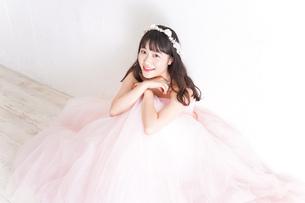 ウエディングドレスを着た笑顔の新婦の写真素材 [FYI04720250]