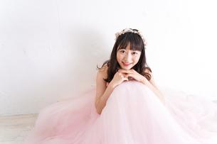 ウエディングドレスを着た笑顔の新婦の写真素材 [FYI04720251]