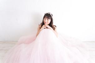 ウエディングドレスを着た笑顔の新婦の写真素材 [FYI04720253]