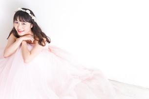 ウエディングドレスを着た笑顔の新婦の写真素材 [FYI04720254]