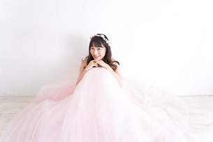 ウエディングドレスを着た笑顔の新婦の写真素材 [FYI04720255]