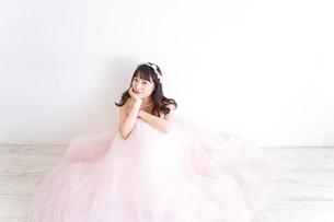 ウエディングドレスを着た笑顔の新婦の写真素材 [FYI04720256]
