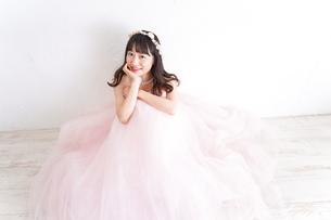 ウエディングドレスを着た笑顔の新婦の写真素材 [FYI04720257]