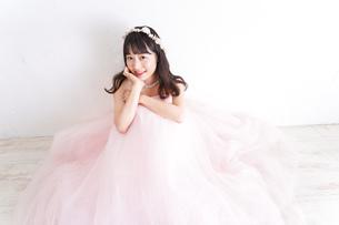 ウエディングドレスを着た笑顔の新婦の写真素材 [FYI04720258]