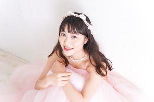 ウエディングドレスを着た笑顔の新婦の写真素材 [FYI04720259]