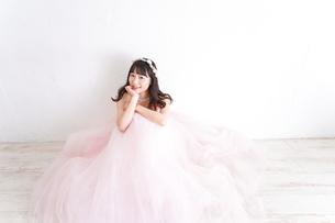 ウエディングドレスを着た笑顔の新婦の写真素材 [FYI04720261]