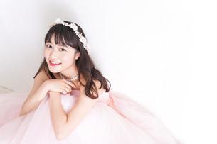 ウエディングドレスを着た笑顔の新婦の写真素材 [FYI04720262]