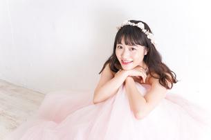 ウエディングドレスを着た笑顔の新婦の写真素材 [FYI04720265]