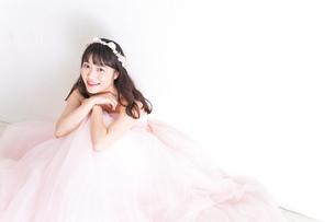 ウエディングドレスを着た笑顔の新婦の写真素材 [FYI04720269]