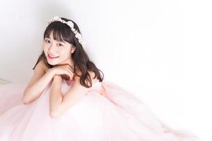 ウエディングドレスを着た笑顔の新婦の写真素材 [FYI04720270]