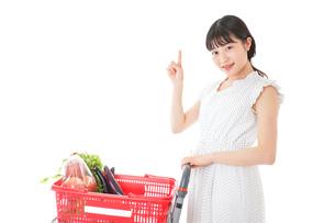 スーパーでポイントを指差す若い女性の写真素材 [FYI04720284]