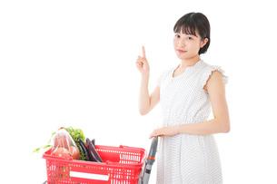 スーパーでポイントを指差す若い女性の写真素材 [FYI04720285]