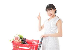 スーパーでポイントを指差す若い女性の写真素材 [FYI04720286]