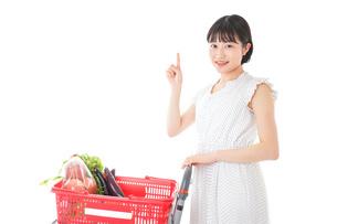 スーパーでポイントを指差す若い女性の写真素材 [FYI04720287]