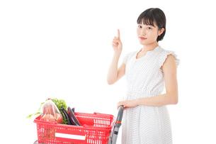 スーパーでポイントを指差す若い女性の写真素材 [FYI04720292]