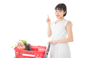スーパーでポイントを指差す若い女性の写真素材 [FYI04720293]