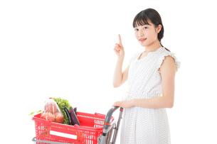 スーパーでポイントを指差す若い女性の写真素材 [FYI04720298]