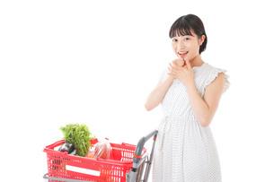 スーパーで考える若い女性の写真素材 [FYI04720300]