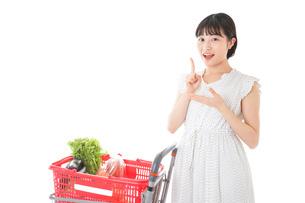 スーパーで考える若い女性の写真素材 [FYI04720301]