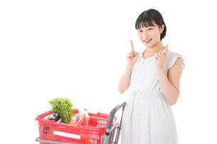 スーパーで考える若い女性の写真素材 [FYI04720303]
