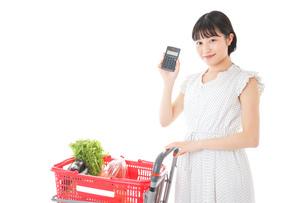家計を計算する若い主婦の写真素材 [FYI04720304]