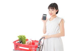家計を計算する若い主婦の写真素材 [FYI04720308]
