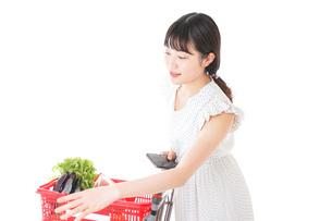 スーパー買い物をする若い女性の写真素材 [FYI04720345]