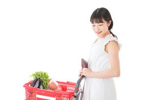 スーパー買い物をする若い女性の写真素材 [FYI04720349]