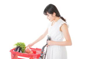 スーパー買い物をする若い女性の写真素材 [FYI04720350]