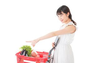 スーパー買い物をする若い女性の写真素材 [FYI04720351]