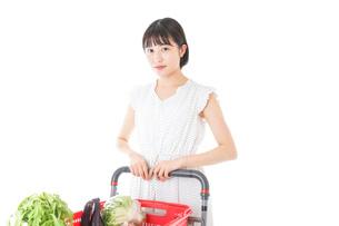 スーパー買い物をする若い女性の写真素材 [FYI04720352]