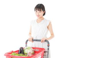 スーパー買い物をする若い女性の写真素材 [FYI04720353]