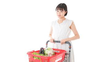 スーパー買い物をする若い女性の写真素材 [FYI04720354]