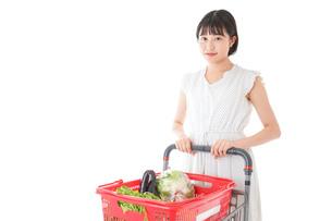スーパー買い物をする若い女性の写真素材 [FYI04720355]