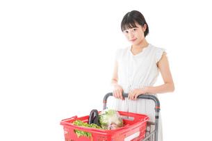 スーパー買い物をする若い女性の写真素材 [FYI04720360]