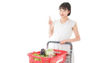 スーパーでポイントを指差す若い女性の写真素材 [FYI04720364]
