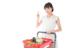 スーパーでポイントを指差す若い女性の写真素材 [FYI04720365]