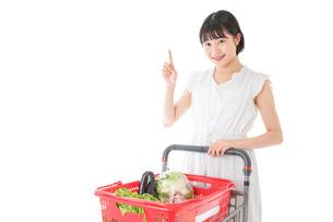 スーパーでポイントを指差す若い女性の写真素材 [FYI04720368]