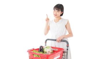 スーパーでポイントを指差す若い女性の写真素材 [FYI04720369]