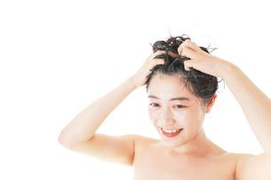 シャンプーをする若い女性の写真素材 [FYI04720371]